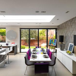 ロンドンの大きいコンテンポラリースタイルのおしゃれなダイニングキッチン (マルチカラーの壁、セラミックタイルの床) の写真