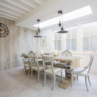 Inspiration för mellanstora moderna matplatser, med vita väggar och målat trägolv