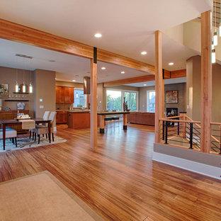 Esempio di un'ampia sala da pranzo aperta verso la cucina design con pareti beige e pavimento in bambù