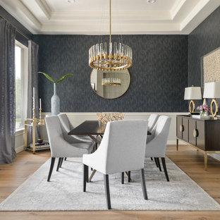 Klassisches Esszimmer mit grauer Wandfarbe, braunem Holzboden und braunem Boden in Houston