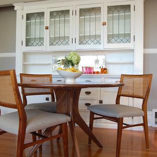 Immagine di una sala da pranzo classica con pareti beige e pavimento in legno massello medio