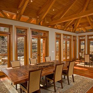 Ispirazione per una grande sala da pranzo aperta verso il soggiorno american style con pareti bianche, pavimento in legno massello medio e nessun camino