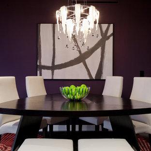 Ejemplo de comedor actual, de tamaño medio, abierto, sin chimenea, con paredes púrpuras y suelo de madera oscura