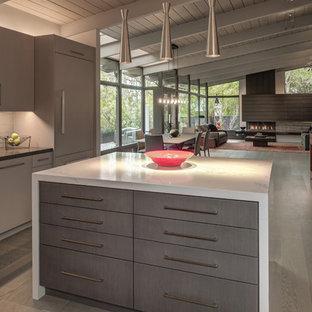 Idéer för stora funkis matplatser med öppen planlösning, med grå väggar, ljust trägolv, en öppen hörnspis, en spiselkrans i sten och grått golv