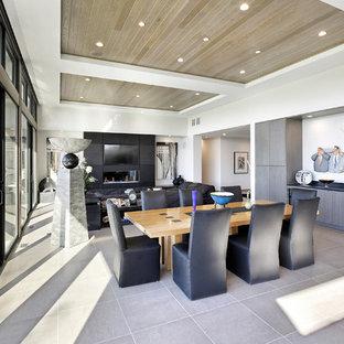Idee per una sala da pranzo aperta verso il soggiorno minimal di medie dimensioni con pareti bianche, pavimento in gres porcellanato, camino lineare Ribbon, cornice del camino piastrellata e pavimento beige