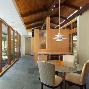 Esempio di un'ampia sala da pranzo aperta verso il soggiorno contemporanea con pavimento in ardesia