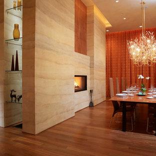 Свежая идея для дизайна: большая гостиная-столовая в современном стиле с бежевыми стенами, паркетным полом среднего тона, камином и фасадом камина из камня - отличное фото интерьера