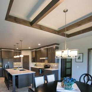 Idee per una sala da pranzo aperta verso la cucina stile rurale di medie dimensioni con pareti bianche e pavimento in vinile