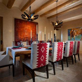 Idée de décoration pour une grand salle à manger sud-ouest américain fermée avec un mur beige et un sol en carrelage de céramique.