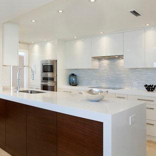 Imagen de comedor de cocina actual, grande, con paredes blancas, suelo de mármol y suelo naranja