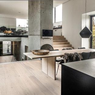 Foto de comedor urbano, grande, abierto, sin chimenea, con suelo de madera clara, paredes blancas y suelo beige