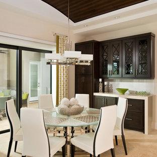 Diseño de comedor de cocina actual, grande, con paredes blancas, suelo de mármol y suelo beige