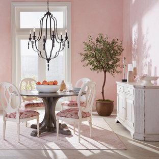 Geschlossenes, Großes Shabby-Style Esszimmer ohne Kamin mit rosa Wandfarbe, hellem Holzboden und braunem Boden in New York