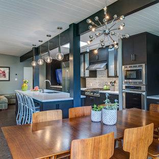 Aménagement d'une salle à manger ouverte sur la cuisine contemporaine de taille moyenne avec un sol en liège.