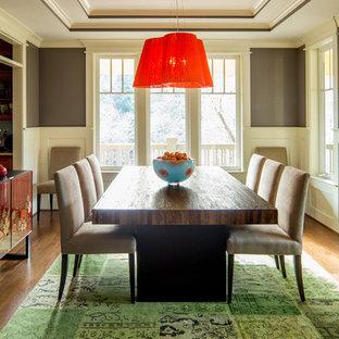 Ispirazione per una sala da pranzo eclettica chiusa con pareti grigie e pavimento in legno massello medio