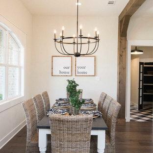 Esempio di una sala da pranzo aperta verso il soggiorno country di medie dimensioni con pareti bianche, pavimento in laminato e pavimento marrone