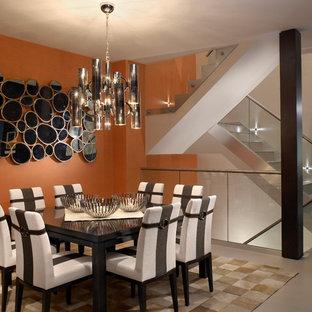 Aménagement d'une salle à manger contemporaine de taille moyenne avec un mur orange.
