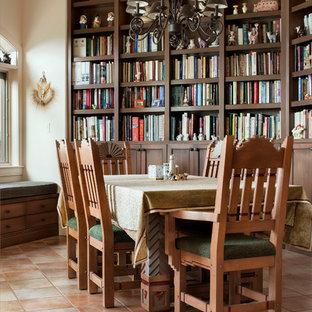 Idee per una sala da pranzo mediterranea con pareti beige e pavimento in terracotta