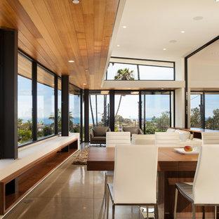 Cette photo montre une grand salle à manger ouverte sur le salon moderne avec un mur blanc, un sol en linoléum, aucune cheminée et un sol gris.