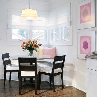 Imagen de comedor de cocina costero, pequeño, con paredes blancas, suelo de madera oscura y suelo marrón