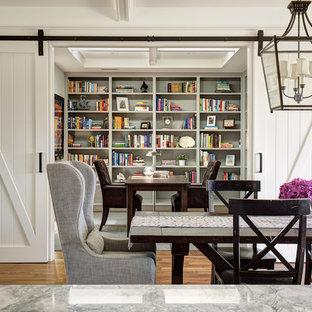 Idee per una piccola sala da pranzo country chiusa con pareti bianche, parquet scuro e pavimento marrone