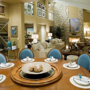Aménagement d'une salle à manger ouverte sur le salon exotique avec un mur beige.