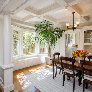Ejemplo de comedor de estilo americano con paredes blancas y suelo de madera en tonos medios