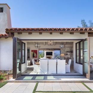 Diseño de comedor mediterráneo, de tamaño medio, abierto, sin chimenea, con paredes blancas, suelo beige y suelo de madera clara