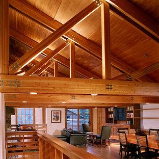 Imagen de comedor de cocina de estilo americano, pequeño, con paredes blancas, suelo de madera en tonos medios, chimenea tradicional y marco de chimenea de piedra