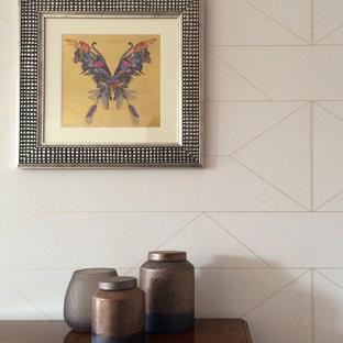 Ispirazione per una sala da pranzo aperta verso il soggiorno contemporanea di medie dimensioni con pareti rosa, parquet chiaro e pavimento marrone