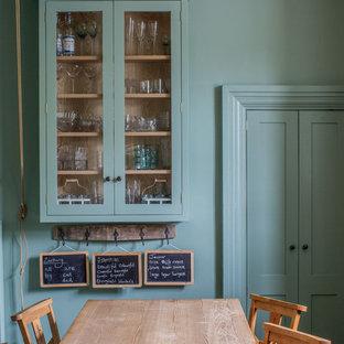 Modelo de comedor de cocina actual, pequeño, con paredes verdes y suelo de piedra caliza