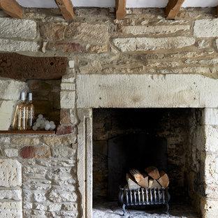 Idee per una sala da pranzo country chiusa e di medie dimensioni con pareti grigie, moquette, stufa a legna, cornice del camino in pietra e pavimento beige