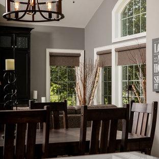 Idee per una sala da pranzo aperta verso la cucina chic di medie dimensioni con pareti grigie, nessun camino e pavimento multicolore