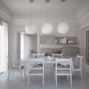 Immagine di una sala da pranzo moderna chiusa e di medie dimensioni con pareti beige, pavimento in sughero e nessun camino