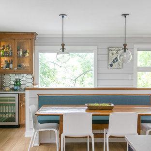Cette image montre une salle à manger ouverte sur la cuisine rustique de taille moyenne avec un sol en linoléum, un sol marron et un mur gris.