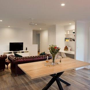 Esempio di una sala da pranzo aperta verso il soggiorno minimalista di medie dimensioni con pareti grigie, pavimento in vinile, nessun camino e pavimento marrone
