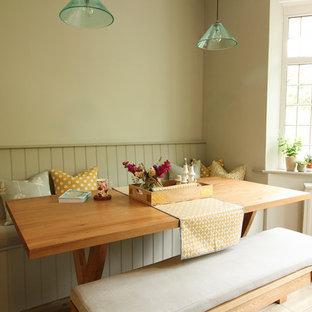 Immagine di una sala da pranzo aperta verso la cucina chic di medie dimensioni con pareti grigie, pavimento con piastrelle in ceramica, stufa a legna, cornice del camino in legno e pavimento grigio