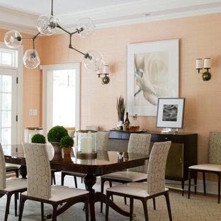 Esempio di una grande sala da pranzo minimal chiusa con pareti arancioni, moquette e pavimento beige