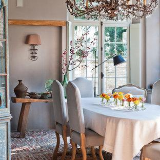 Idee per una sala da pranzo tradizionale chiusa con pareti grigie e pavimento in mattoni