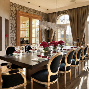 Esempio di un'ampia sala da pranzo chic chiusa con pavimento in legno massello medio, nessun camino e pareti marroni