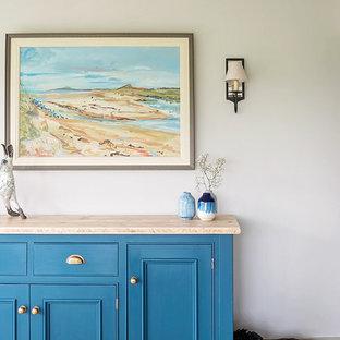 Idee per una sala da pranzo aperta verso la cucina tradizionale di medie dimensioni con pareti beige, pavimento in pietra calcarea e pavimento grigio