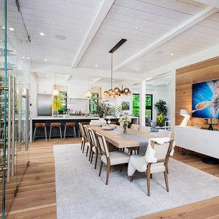Foto di una sala da pranzo country con pareti beige, parquet chiaro, nessun camino, pavimento beige, soffitto in perlinato e pareti in legno