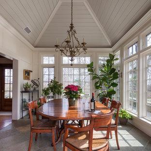 Idee per una sala da pranzo country chiusa e di medie dimensioni con pareti bianche e pavimento in ardesia