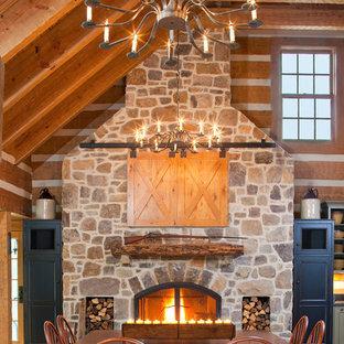 Diseño de comedor de cocina tradicional con suelo de madera en tonos medios, chimenea tradicional y marco de chimenea de piedra