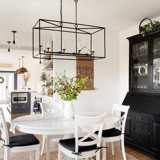 Foto de comedor de estilo de casa de campo, sin chimenea, con paredes blancas y suelo de madera en tonos medios