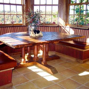 Inspiration för ett stort rustikt kök med matplats, med beige väggar och klinkergolv i terrakotta