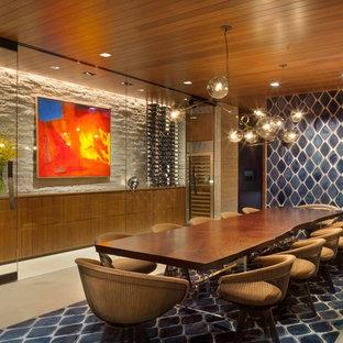 Esempio di una sala da pranzo minimal con pareti marroni, pavimento in cemento e pavimento beige
