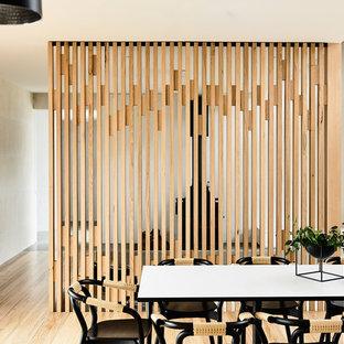 メルボルンの中くらいのコンテンポラリースタイルのおしゃれなダイニングキッチン (白い壁、淡色無垢フローリング、標準型暖炉、金属の暖炉まわり) の写真