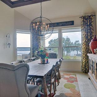 Ispirazione per una sala da pranzo aperta verso la cucina tradizionale di medie dimensioni con pareti beige e pavimento in travertino