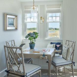 Diseño de comedor marinero, pequeño, cerrado, con paredes grises y suelo de madera clara